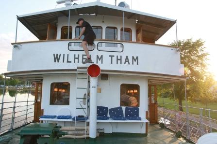 Kapten Kenneth klättrar upp till kajutan